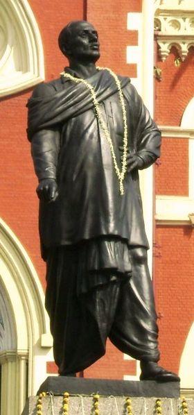 কলকাতা হাইকোর্টের সামনে নির্মিত মাস্টারদার একমাত্র পূর্নাঙ্গ মূ্র্তি। ছবি - ওয়েব থেকে।