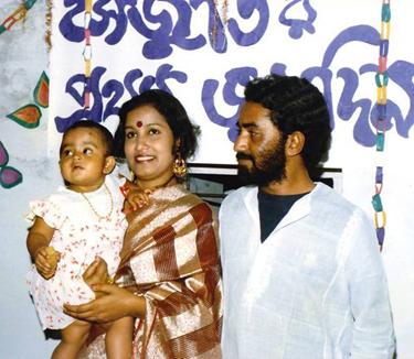 প্রিয় কবি রুদ্র মুহম্মদ শহীদুল্লাহ ও তাঁর স্ত্রী (সাবেক) তসলিমা নাসরিন। কোলে কবির ভাগ্নি সেঁজুতি। ছজুতি ১৯৮৫ সালে তোলা মোংলার বাড়িতে, কবির ভাগ্নি সেঁজুতির প্রথম জন্মদিনে। ছবিটি কবির অনুজ জাহাঙ্গীরনগর বিশ্ববিদ্যালয়ের বাংলার অধ্যাপক ড. হিমেল বরকত স্যারের সৌজন্যে প্রাপ্ত।